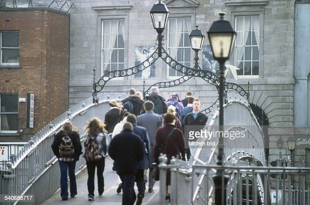 Die Fußgängerbrücke 'Halfpenny Bridge' führt über den Fluss Liffey Die aus Eisen gegossene Brücke verdankt ihren Namen der Tatsache dass Passanten...