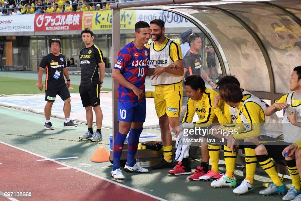 Dudu of Ventforet Kofu shakes hands with Kashiwa Reysol players prior to the JLeague J1 match between Ventforet Kofu and Kashiwa Reysol at Yamanashi...