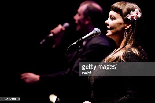 Duo zwischen einem Männliche und weibliche Sängerin live auf der Bühne