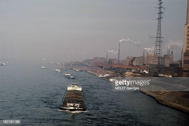 Duisburg River Port On The Rhine Duisburg 1968 Le Port fluvial sur le Rhin une péniche abritant des containers circule sur le Rhin artère de...