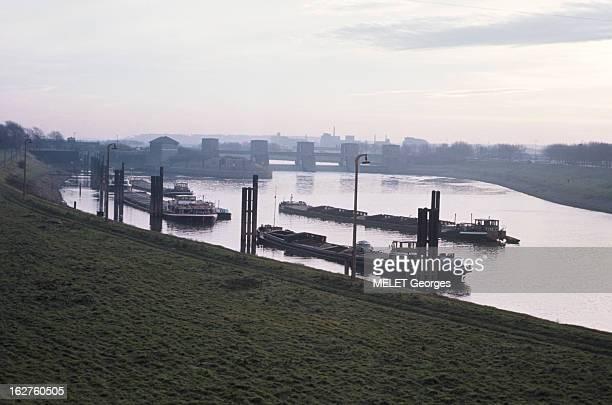 Duisburg River Port On The Rhine Duisburg 1968 Le Port fluvial industriel sur le Rhin péniches à flot en aval d'un pontbarrage déversant les eaux du...