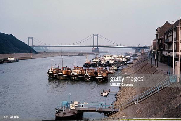 Duisburg River Port On The Rhine Duisburg 1968 Le Port fluvial industriel sur le Rhin bateaux de pêche amarés aux pontons sur le fleuve