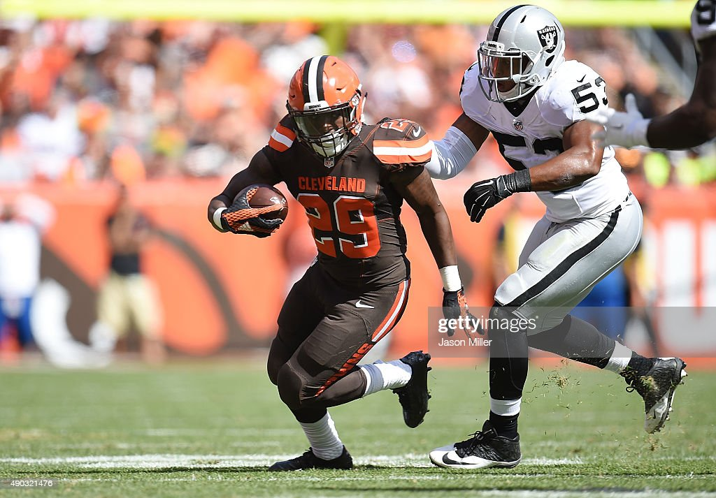 <a gi-track='captionPersonalityLinkClicked' href=/galleries/search?phrase=Duke+Johnson+-+Giocatore+di+football+americano&family=editorial&specificpeople=13981151 ng-click='$event.stopPropagation()'>Duke Johnson</a> #29 of the Cleveland Browns carries the ball in front of the defense of Malcolm Smith #53 of the Oakland Raiders during the second quarter at FirstEnergy Stadium on September 27, 2015 in Cleveland, Ohio.