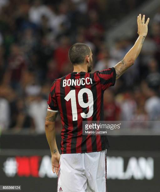 duLeonardo Bonucci of AC Milan salute the crowd at the end of the UEFA Europa League Qualifying PlayOffs round first leg match between AC Milan and...