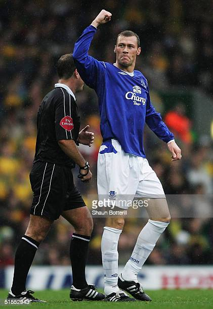 Duncan Ferguson of Everton celebrates after scoring the winning goal during the Barclays Premiership match between Norwich City and Everton at Carrow...