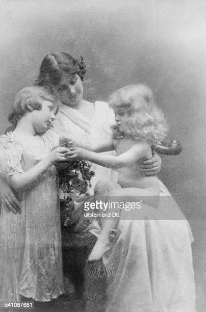 Duncan Isadora Dancer USA *27051878 with her children Doodie and Patrick Published by 'Berliner Illustrirte Zeitung' 18/1913 Vintage property of...
