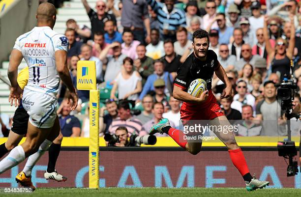 Duncan Taylor of Saracens runs with ball to score his team's first try during the Aviva Premiership final match between Saracens and Exeter Chiefs at...