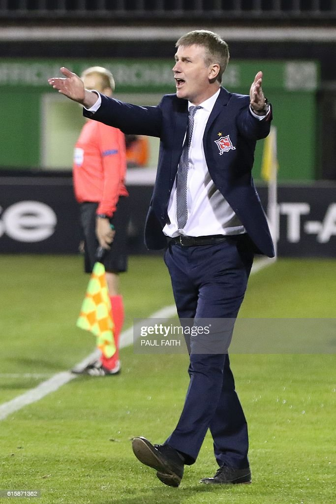 Dundalk's Irish manager Stephen Kenny gestures from the touchline during the UEFA Europa League group D football match between Dundalk and Zenit Saint Petersburg at Tallaght Stadium in Dublin on October 20, 2016. / AFP / PAUL