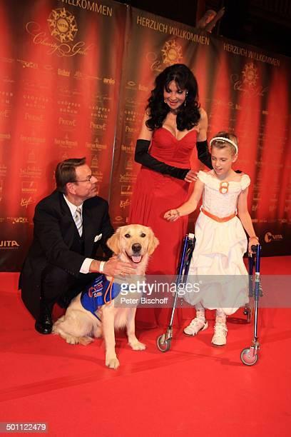 Dunja Rajter Ehemann Michael Eichler behindertes Mädchen mit ihrem Golden Retriever Assistenzhund CharityGala zu Gunsten 'VITA eV Assistenzhunde'...