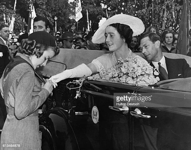 During a drive through Washington USA Queen Elizabeth of England stops to admire a girl scout's badges | Location Washington USA