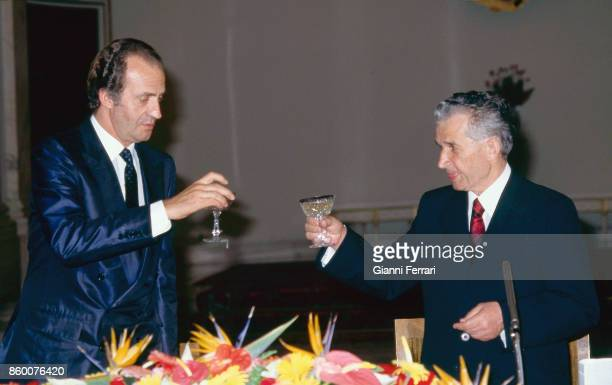 During his official trip to Romania the Spanish King Juan Carlos at the dinner hosted by Romanian President Nicolae Ceacescu Bucharest Romania