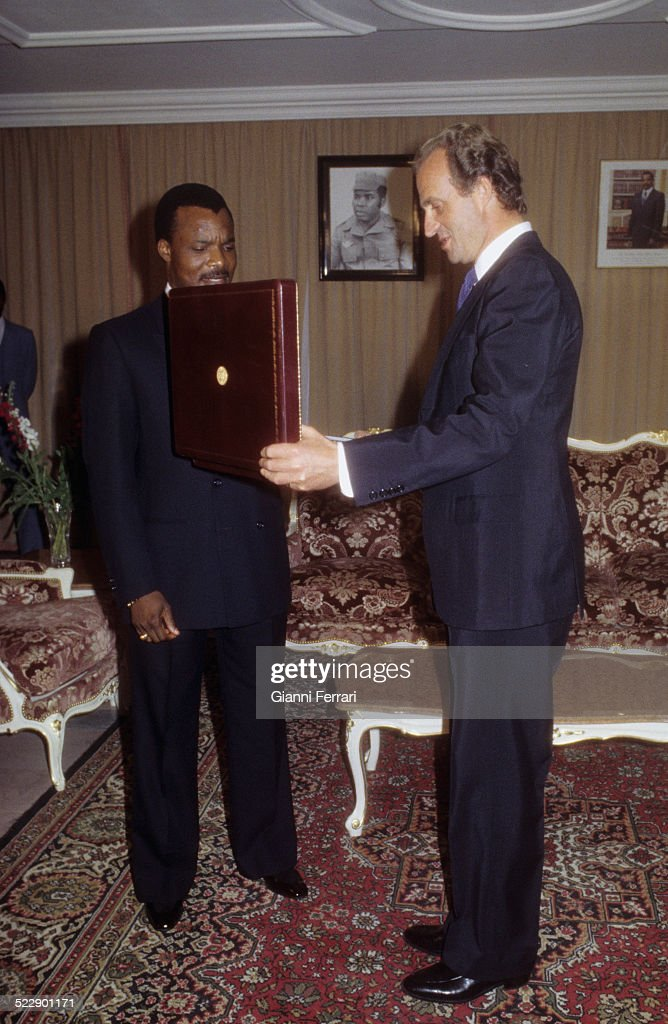 During his official visit to Congo, the Spanish King Juan Carlos of Borbon exchange gifts with the President Denis Sassou-Nguesso, 1983, Brazaville. (Photo by Gianni Ferrari/Cover/Getty Images).