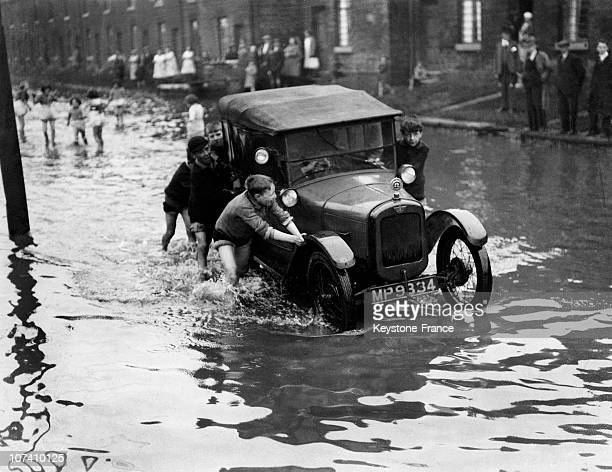 During The Big Floods Boys Earned Many Coppers By Helping Motorists 19320524