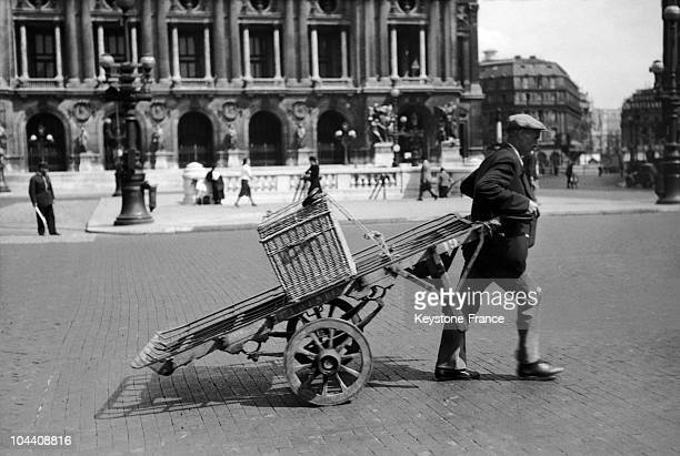 During the German occupation in Paris this Parisian deprived of gas is using a cart to transport his trunk