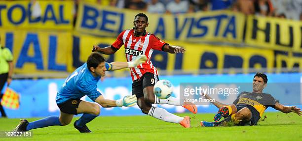 Durvan Zapata of Estudiantes de La Plata fights for the ball with Agustin Orion of Boca during a match between Estudiantes de La Plata and Boca...