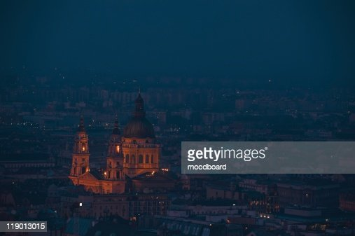 Dusk cityscape of the St Stephen's Basilica in Budapest, capital of Hungary : Stock-Foto