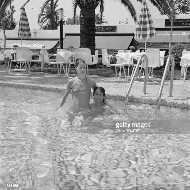 Dustin Hoffman in the swimming pool at Cannes Film Festival in 1975 in Cannes France