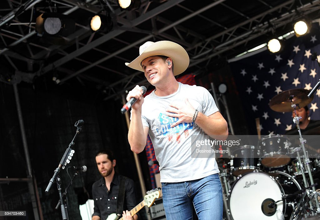 <a gi-track='captionPersonalityLinkClicked' href=/galleries/search?phrase=Dustin+Lynch&family=editorial&specificpeople=8612719 ng-click='$event.stopPropagation()'>Dustin Lynch</a> performs during 'FOX & Friends' All American Concert Series outside of FOX Studios on May 27, 2016 in New York City.