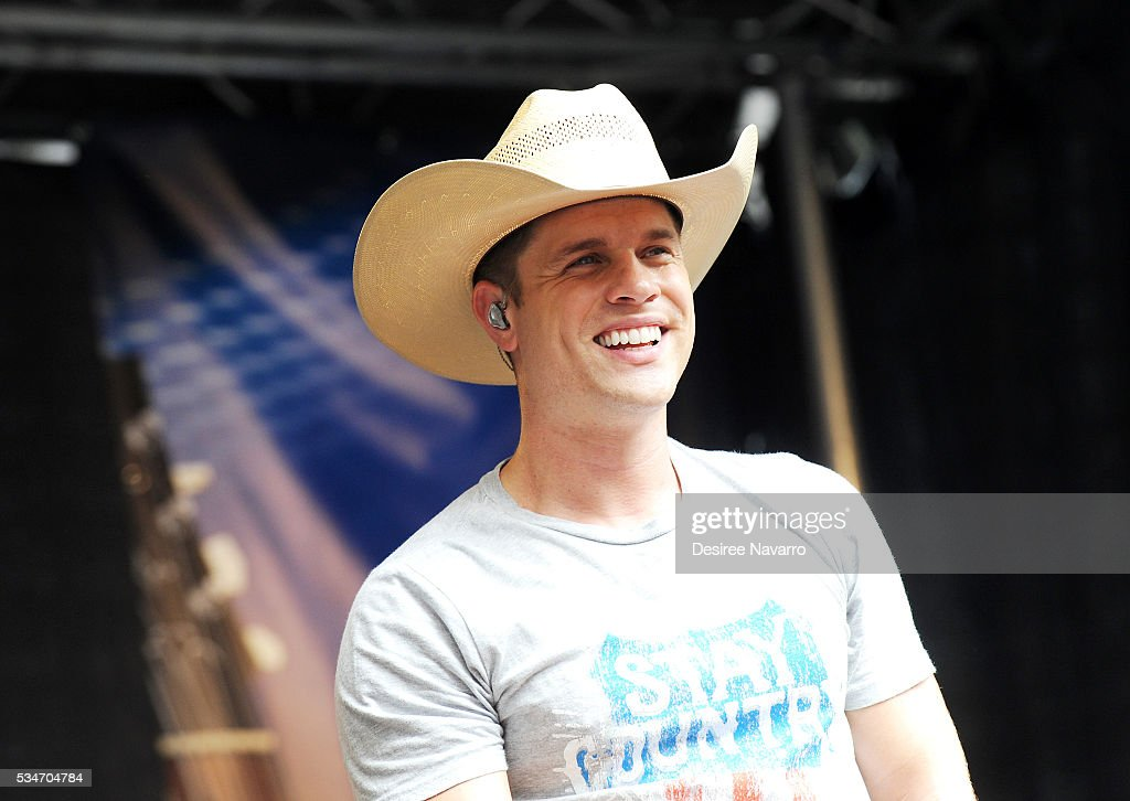 Dustin Lynch performs during 'FOX & Friends' All American Concert Series outside of FOX Studios on May 27, 2016 in New York City.