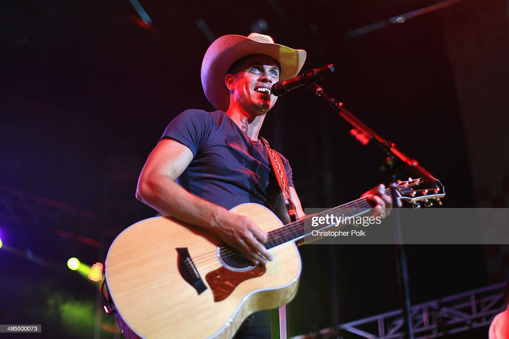 <a gi-track='captionPersonalityLinkClicked' href=/galleries/search?phrase=Dustin+Lynch&family=editorial&specificpeople=8612719 ng-click='$event.stopPropagation()'>Dustin Lynch</a> performs during Rodney Atkins 4th Annual Music City Gives Back on June 3, 2014 in Nashville, Tennessee.