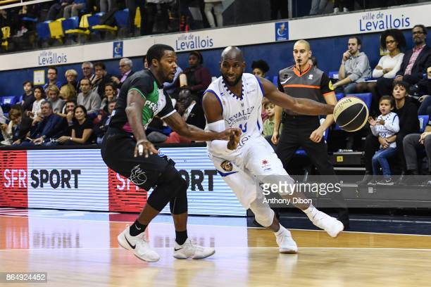 Dustin Ware of boulazac and Louis Campbell of Levallois during the Pro A match between Levallois Metropolitans and Boulazac at Salle Marcel Cerdan on...