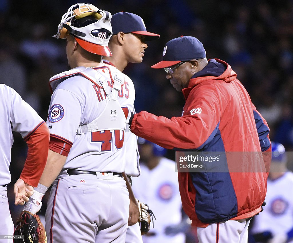 <a gi-track='captionPersonalityLinkClicked' href=/galleries/search?phrase=Dusty+Baker&family=editorial&specificpeople=202908 ng-click='$event.stopPropagation()'>Dusty Baker</a> (R) manager of the Washington Nationals takes out pitcher <a gi-track='captionPersonalityLinkClicked' href=/galleries/search?phrase=Joe+Ross+-+Jogador+de+beisebol&family=editorial&specificpeople=15050029 ng-click='$event.stopPropagation()'>Joe Ross</a> (C) during the seventh inning in a game against the Chicago Cubs on May 5, 2016 at Wrigley Field in Chicago, Illinois.