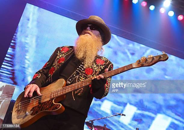 Dusty Hill bassiste du groupe rock Texan ZZ TOP lors d'un concert le 12 Juillet 2013 à Epernay lors de leur tournée 'La Futura' PHOTO AFP / FRANCOIS...