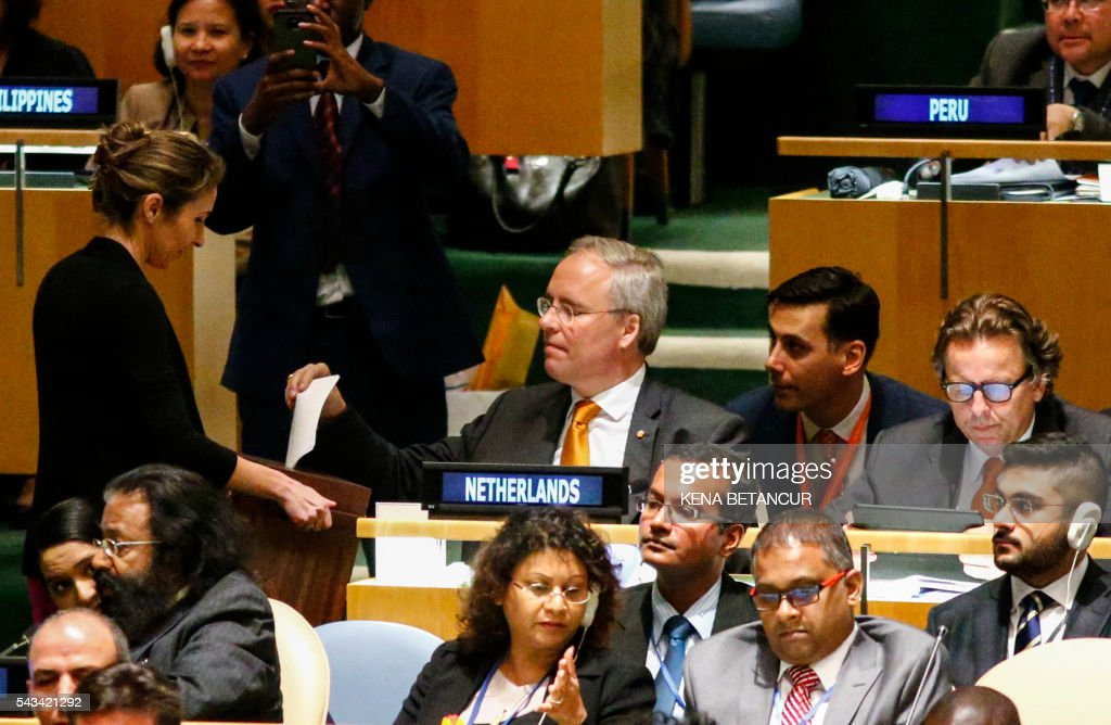 Dutch Ambassador to the United Nations Karel van Oosterom (C) casts on the second round during Election of five non-permanent members of the Security Council at the general assembly hall at the United Nations in New York on June 28 2016. Three European countries and two Asian nations are battling for seats on the UN Security Council in elections that are drawing attention to the refugee crisis and human rights. / AFP / KENA