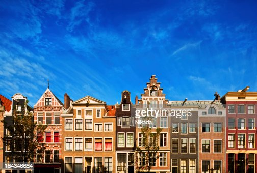 オランダアムステルダムの運河沿いの家屋