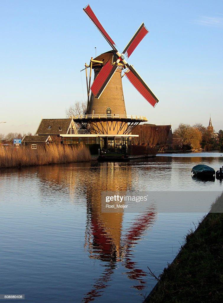 Moulin néerlandais maïs le long du canal, reflétée dans l'eau : Photo