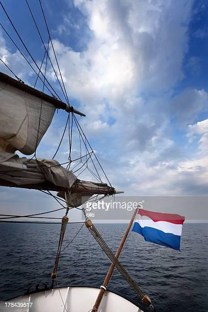 Bandiera dell'Olanda presso la stern di una barca a vela