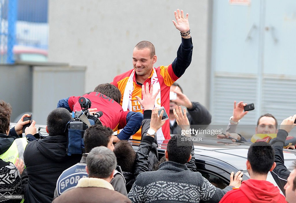 Dutch football player Wesley Sneijder is welcomed by Galatarasay supporters after his arrival at Ataturk airport on January 21, 2013. Dutch midfielder Wesley Sneijder said Monday he was 'very happy' to put his protracted departure from Inter Milan behind him as he left Serie A for Turkish giants Galatasaray on Monday. AFP PHOTO / STRINGER = TURKEY OUT