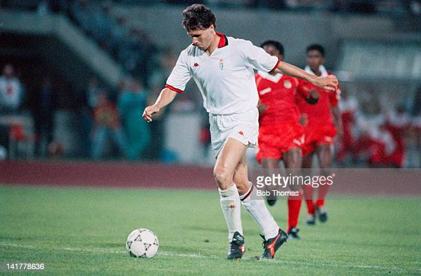 Dutch footballer Marco van Basten of AC Milan in action against Benfica in the European Cup Final at the Praterstadion Vienna 23rd May 1990 Milan won...
