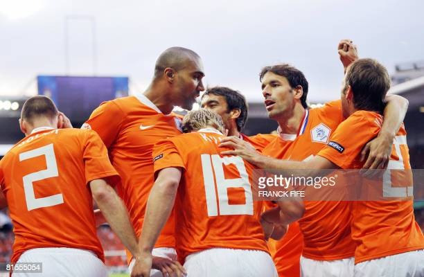 Dutch forward Dirk Kuyt celebrates his goal with teammates during the Euro 2008 Championships Group C football match Netherlands vs France on June 13...