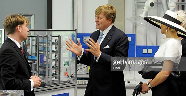 Dutch King WillemAlexander and Dutch Queen Maxima talk to the institute's director Carsten Agert during their visit of the EWE research center's...