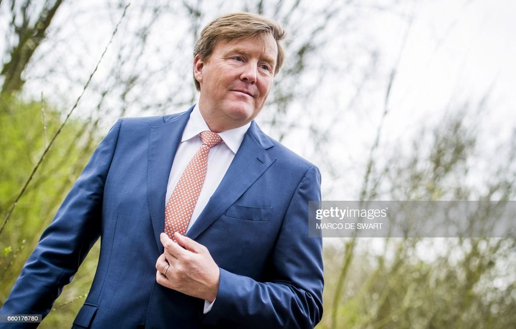 Dutch king Willem-Alexander looks on during a surprise visit to Talentfabriek010, a social enterprise that employs inhabitants of Rotterdam without a relevant education, on March 29, 2017 in Rotterdam. / AFP PHOTO / ANP / Marco de Swart / Netherlands OUT