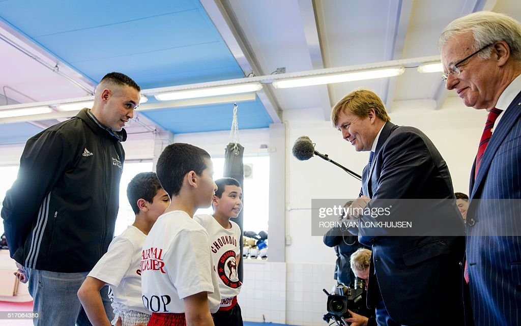 dutch-king-willemalexander-speaks-with-children-during-his-surprise-picture-id517064380