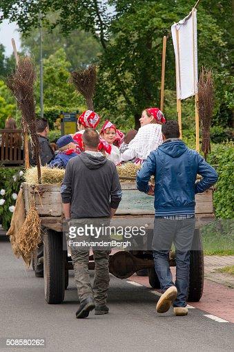 Olandese uomo su assi dietro un carrello con dressedup persone : Foto stock