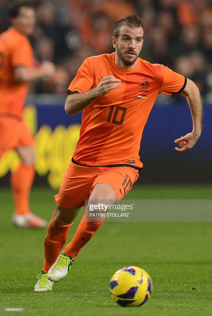 Dutch midfielder Rafael van der Vaart runs with the ball during the friendly football match Netherlands vs Germany on November 14, 2012 in Amsterdam.