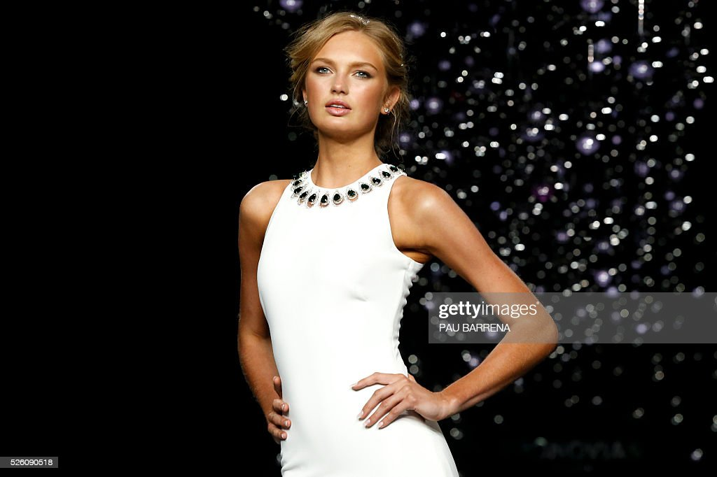 Dutch model Romee Strijd presents a creation of the Pronovias 2016 collection during a press preview on the last day of the Barcelona Bridal Week in Barcelona, on April 29, 2016. / AFP / PAU