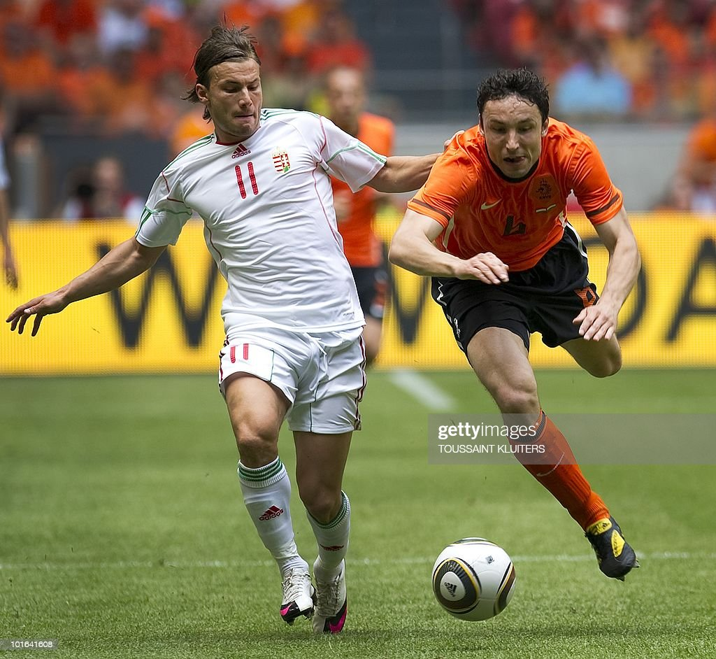 Dutch national football team player Mark van Bommel (R) fights for the ball with Hungarian national team player Szabolcz Huszti on June 5, 2010 during a friendly match in Amsterdam ahead of the 2010 FIFA World Cup in South Africa. The Netherlands won 6-1. AFP PHOTO / TOUSSAINT KLUITERS - netherlands out - belgium out -
