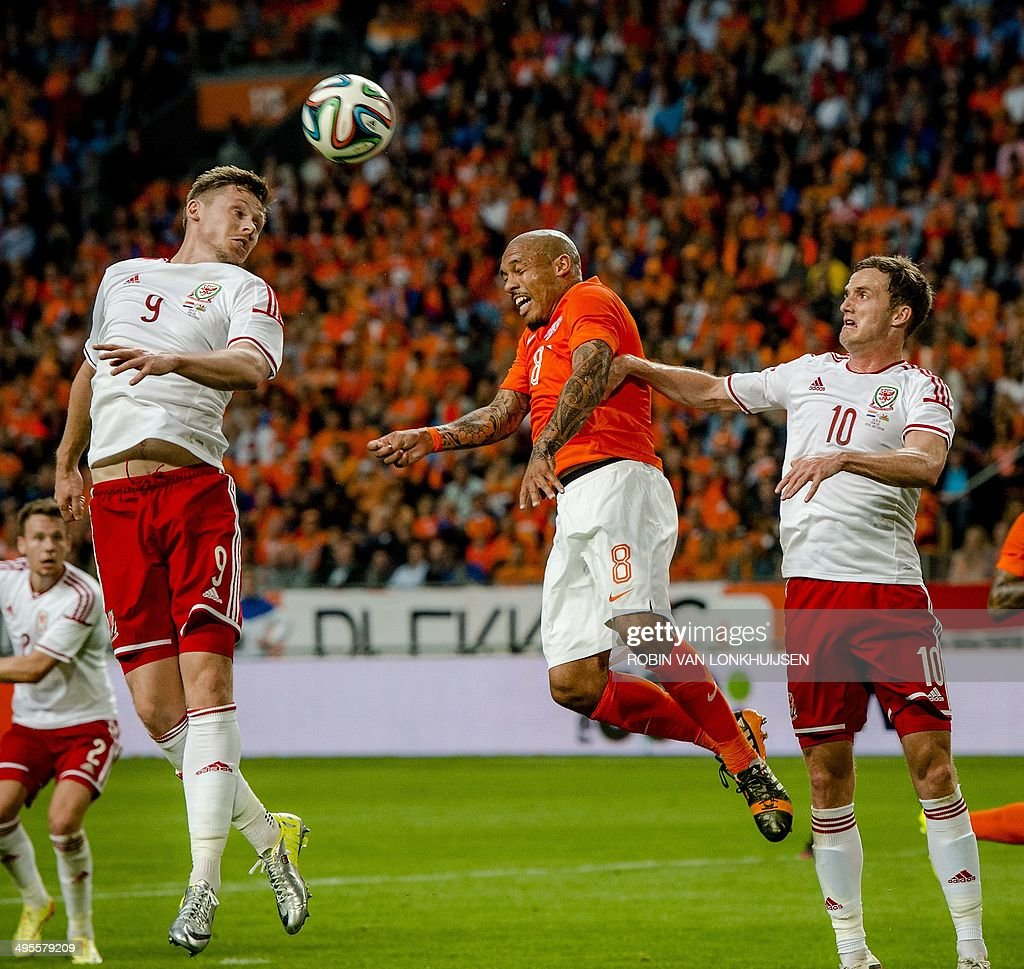 Dutch payer Nigel de Jong (C) vies with Welsh players Simon Church (L) and Andy King during an international friendly football match between Netherlands and Wales in Amsterdam on June 4, 2014. AFP PHOTO / ANP / ROBIN VAN LONKHUIJSEN ** netherlands out **