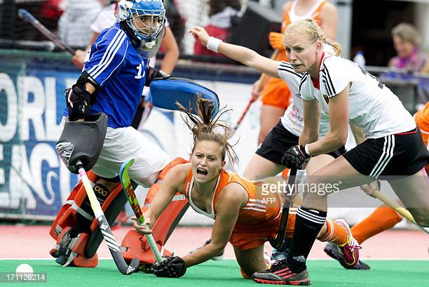 Dutch player Kelly Jonker vies with Germany's keeper Barbara Vogel and Hannah Kruger during the field hockey final match between the Netherlands and...