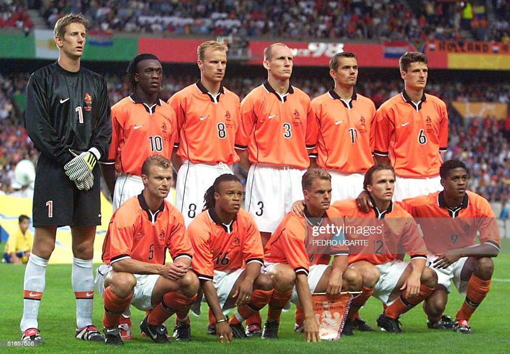 ¿Cuánto mide Edwin Van der Sar? - Real height Dutch-players-pose-for-the-official-team-picture-11-july-at-the-parc-picture-id51657556