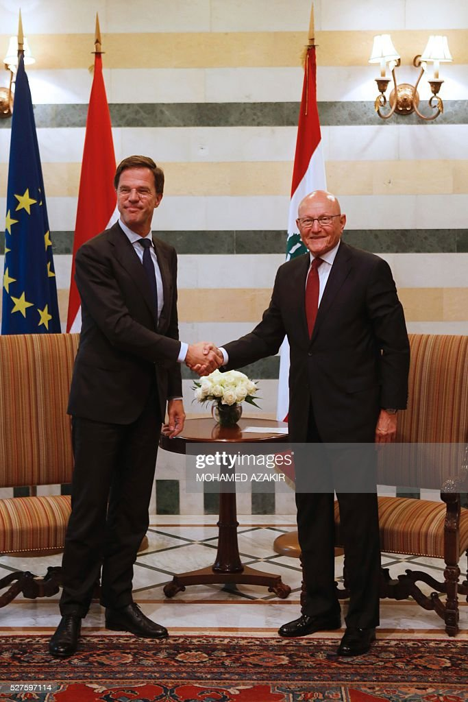 Dutch Prime Minister Mark Rutte (L) and Lebanese Prime Minister Tammam Salam smile for the camera following a meeting at the government palace in downtown Beirut, on May 3, 2016. / AFP / POOL / MOHAMED