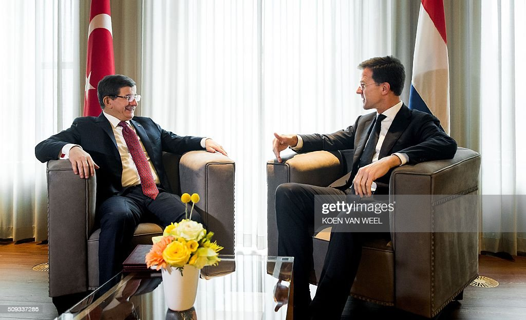Dutch Prime Minister Mark Rutte (R) meets with his Turkish counterpart Ahmet Davutoglu at the Catshuis in The Hague on February 10, 2016. / AFP / ANP / Koen van Weel / Netherlands OUT