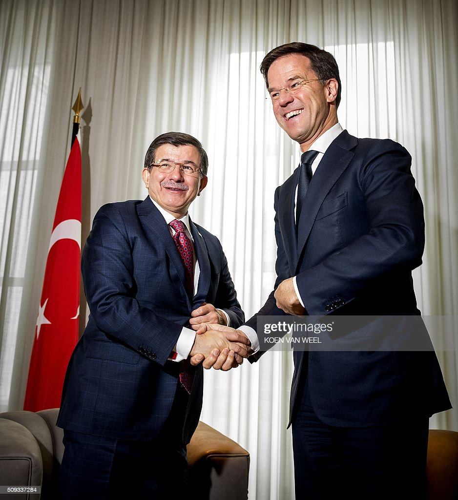 Dutch Prime Minister Mark Rutte (R) shakes hands with his Turkish counterpart Ahmet Davutoglu at the Catshuis in The Hague on February 10, 2016. / AFP / ANP / Koen van Weel / Netherlands OUT