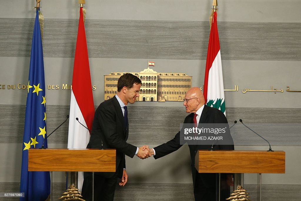 Dutch Prime Minister Mark Rutte (L) shakes hands with Lebanese Prime Minister Tammam Salam after holding a joint press conference at the government palace in downtown Beirut, on May 3, 2016. / AFP / POOL / MOHAMED
