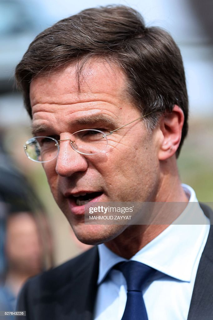 Dutch Prime Minister Mark Rutte speaks during a visit to a Syrian refugee camp, in the southern Lebanese town of Zahrani on May 3, 2016. / AFP / MAHMOUD