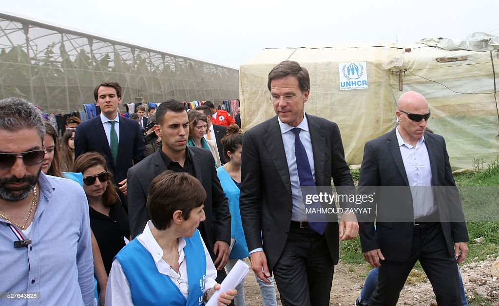 Dutch Prime Minister Mark Rutte (2-R) visits a Syrian refugee camp, in the southern Lebanese town of Zahrani on May 3, 2016. / AFP / MAHMOUD